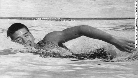 Yasuji Myiazaki de Japón en su camino hacia la medalla de oro en el evento de natación de estilo libre de 100 metros en los Juegos Olímpicos de Los Ángeles en 1932. El jugador de 15 años estableció un nuevo récord olímpico de 58.0 segundos en la semifinal. (Foto de Keystone / Getty Images)