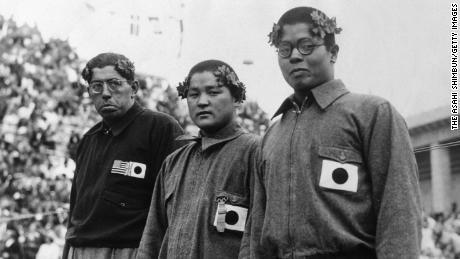(Desde la izquierda) El medallista de plata Jack Medica de los Estados Unidos, el medallista de oro Noboru Terada de Japón y el medallista de bronce Shumpei Uto de Japón posan en el podio durante la ceremonia de entrega de medallas para hombres que nadan en 1500 m estilo libre durante los Juegos Olímpicos de Berlín en el Estadio de Natación el 15 de agosto de 1936 En Berlín, Alemania. (Foto: Asahi Shimbun a través de Getty Images)