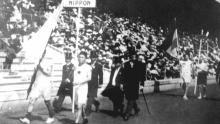 Una delegación deportiva japonesa está marchando en la Ceremonia de Apertura Olímpica de 1912 en Estocolmo, Suecia, que fue la primera actuación olímpica en Japón. El propietario del cartel era el corredor de maratón Shiso Kanaguri (frente R), y el portador de la bandera era el velocista Yahiko Mishima (frente L). (Foto: Kyodo News Stills a través de Getty Images)