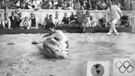 Naoto Tajima (Japón) comienza en un triple salto en Berlín en 1936 (Foto: ullstein bild / ullstein bild a través de Getty Images)