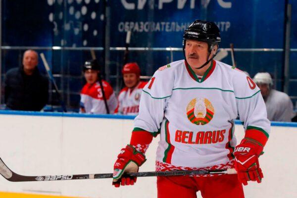"""Alexander Lukashenko: """"Es mejor morir de pie que vivir de rodillas"""", dice el presidente de Bielorrusia durante un partido de hockey sobre hielo"""