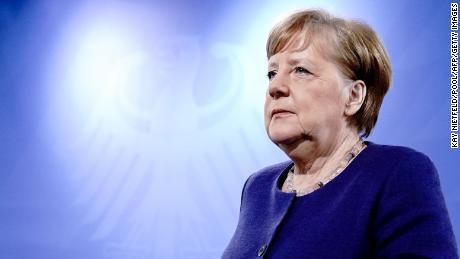 Como Angela Merkel pasó de ser un pato cojo a un líder mundial en el campo del coronavirus