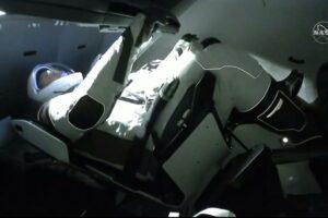 La segunda aleta se abre cuando los astronautas del Crew Dragon llegan a la Estación Espacial Internacional