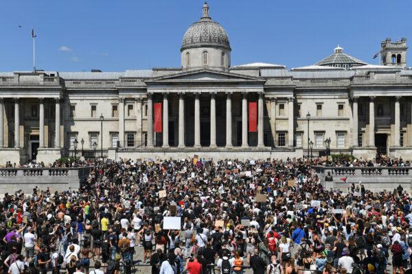 Los manifestantes se reúnen en solidaridad con los manifestantes estadounidenses en Europa