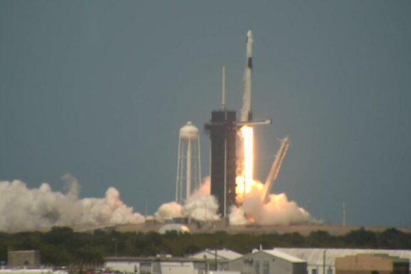 NASA y SpaceX lanzan astronautas desde suelo estadounidense por primera vez en una década