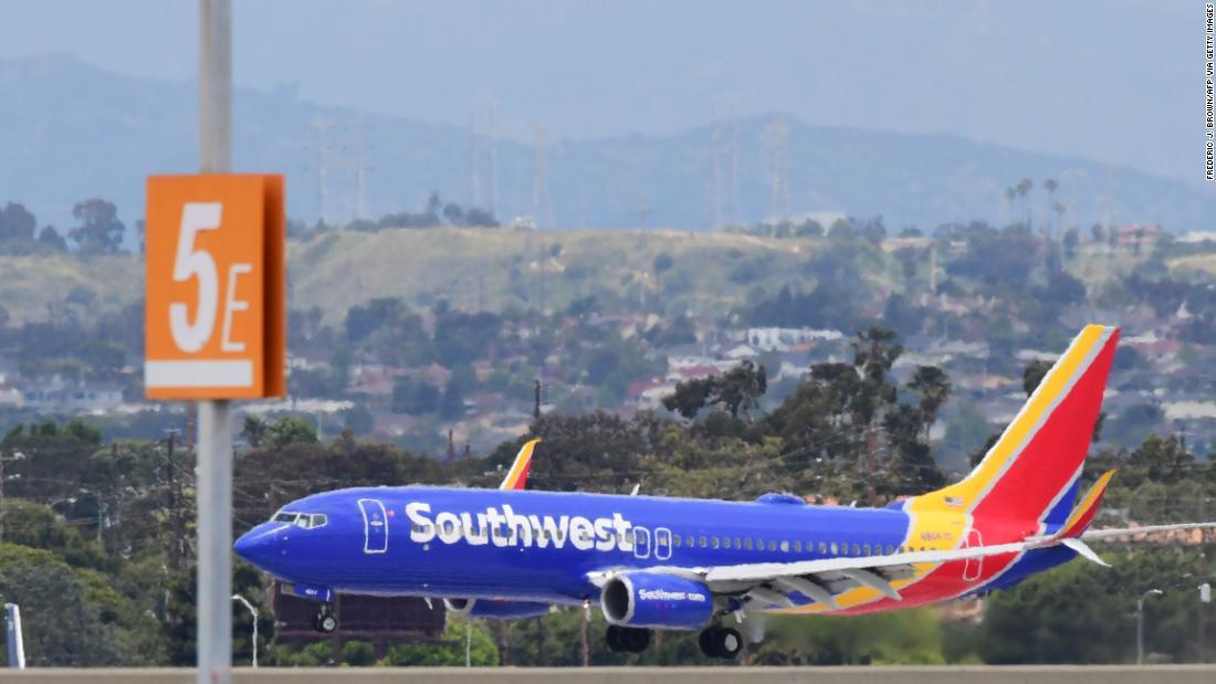 Política de máscara facial de la aerolínea: una nota del suroeste de América dice que no debe negar el embarque