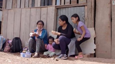 Viajó cientos de millas con sus hijas al Amazonas para escapar de Covid-19