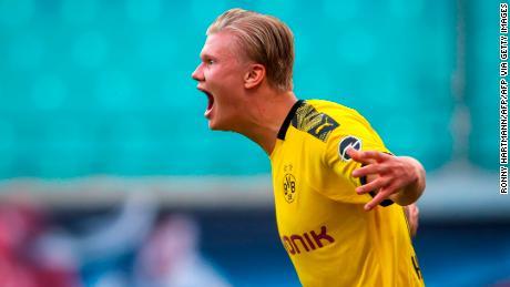 El delantero del Dortmund Erling Braut Haaland muestra su alegría después de marcar el segundo gol decisivo para el Borussia Dortmund en el RB Leipzig.