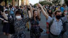 Los manifestantes mantienen sus manos en el aire durante un mitin en Minsk el 19 de junio.