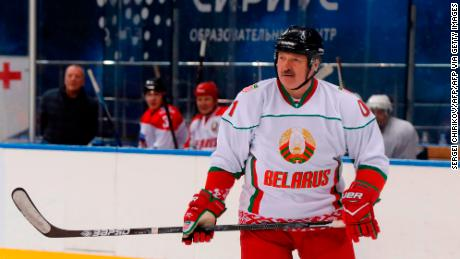 & # 39; Es mejor morir de pie que vivir de rodillas, & # 39; dice el presidente de Bielorrusia, Alexander Lukashenko, en un partido de hockey sobre hielo