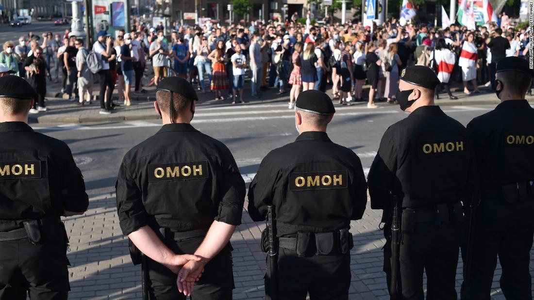 Un hombre fuerte de Bielorrusia tiene que enfrentar protestas masivas después de encarcelar a sus principales rivales.