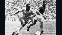 Pelé regatea al defensa italiano Tarcisio Burgnich, quien luego alabó a la estrella de Brasil.