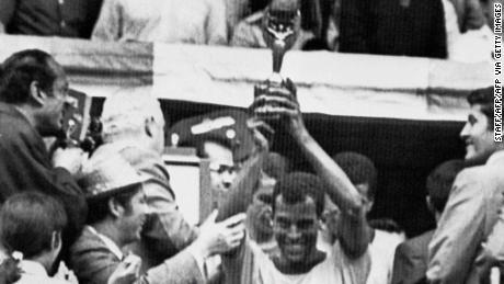 El capitán Carlos Alberto sostiene la copa de Jules Rimet después de que Brasil venció a Italia por 4-1 en la final de la Copa del Mundo en 1970.