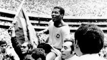El delantero brasileño Jairzinho se mantiene en alto después de la victoria de Brasil.