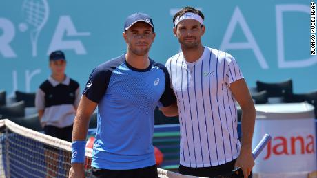 Dimitrov y Coric posan para una foto durante el partido de semifinales de Adria Tour en Zadar, Croacia.