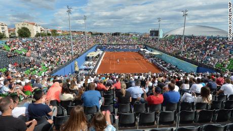 Los espectadores vieron partidos en el Adria Tour en Zahar, Croacia, el domingo 21 de junio de 2020. Más tarde ese día, el tenista Grigor Dimitrov dijo que tuvo un resultado positivo en la prueba Covid-19, lo que llevó a la cancelación de todo el recorrido Adria.