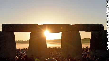 Quédese en casa, es un solsticio, Stonehenge anima a los juerguistas
