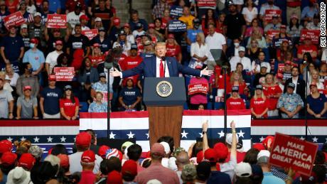 Trump difunde nuevas mentiras sobre el fraude electoral respaldado por el extranjero, alimentando los temores de elecciones manipuladas & # 39; en noviembre