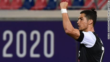 Cristiano Ronaldo celebra después de anotar contra Bolonia.