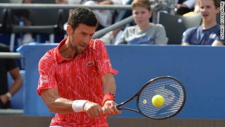 Novak Djokovic de Serbia devuelve el balón durante el torneo de exhibición en Zadar, Croacia, el domingo 21 de junio de 2020.