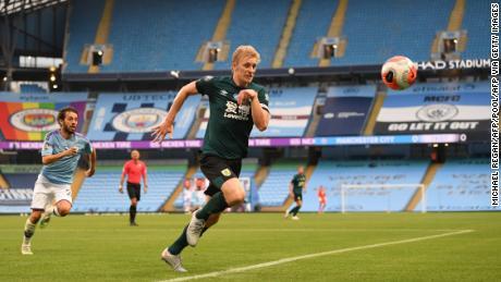 Ben Mee persigue el balón durante la derrota por 5-0 de Burnley ante el Manchester City.