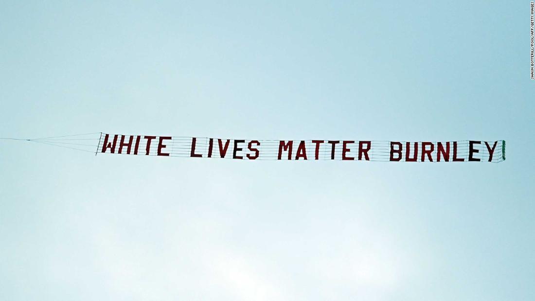 """Premier League: Burnley condena la pancarta """"White Lives Matter"""", pero los comentarios en las redes sociales sugieren que los fanáticos del fútbol aún no entienden el punto"""