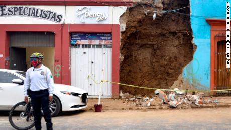 Un policía se para frente a un edificio parcialmente derrumbado después del terremoto en Oaxaca, México.