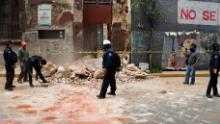 Un policía retira escombros de un edificio destruido por el terremoto en Oaxaca, México.