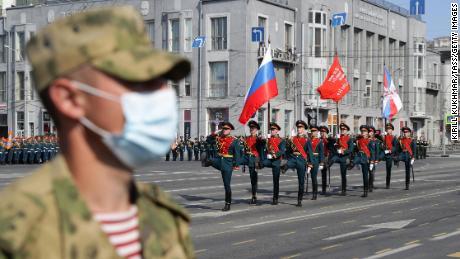 Durante el desfile, un soldado ruso usa una máscara en la plaza Lenin.