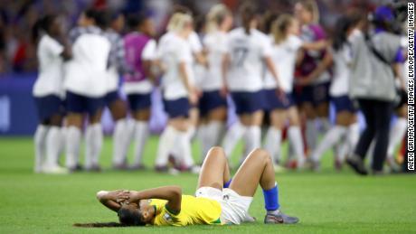 Kathellen de Brasil parece deprimida después de la derrota de Francia.