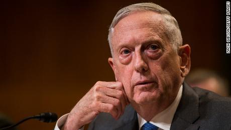 James Mattis insta a los estadounidenses a usar máscaras y dice que el virus no desaparecerá por sí solo. en coronavirus PSA