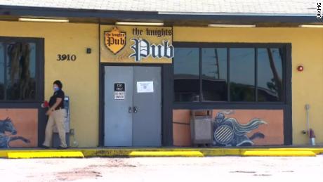 La licencia de alcohol en barra en Orlando se suspendió luego de que varias docenas de clientes y empleados realizaran pruebas positivas de coronavirus