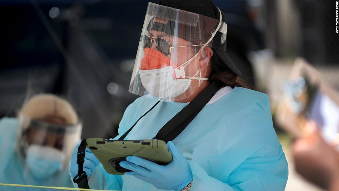 El gobernador de Texas alienta a las personas a quedarse en casa a medida que los estados informan un aumento en los nuevos casos de Covid-19
