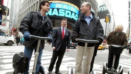 El inventor de Segway Dean Kamen viaja con Jeff Bezos en Nueva York en 2002.