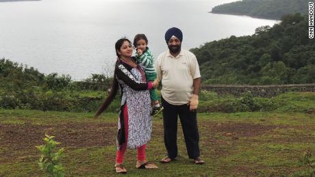 Lakhjeet Singh, de 68 años, obtuvo un resultado positivo en Covid-19, pero no pudo encontrar un hospital donde pudiera ser ingresado. En la foto con hija y nieta.