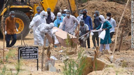 Una persona que murió en Covid-19 fue enterrada en el cementerio islámico de Jadid Qabristan Ahle el 19 de junio en Nueva Delhi, India.