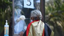 Un médico toma un hisopo de una mujer para analizar Covid-19 el 18 de junio en Nueva Delhi, India.