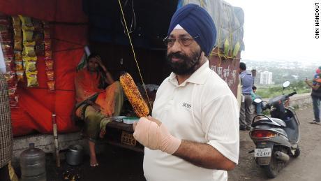 Lakhjeet Singh, de 68 años, obtuvo un resultado positivo en Covid-19, pero no pudo encontrar un hospital donde pudiera ser ingresado.