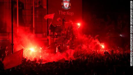 Los seguidores del Liverpool celebran en el Anfield Stadium después de ganar el título de la Premier League.
