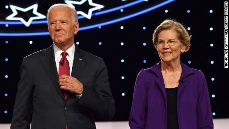 Biden y Warren aparecen en el escenario durante el cuarto debate democrático durante la temporada de campaña presidencial de 2020, organizado por el New York Times y CNN en la Universidad de Otterbein en Westerville, Ohio, el 15 de octubre de 2019.