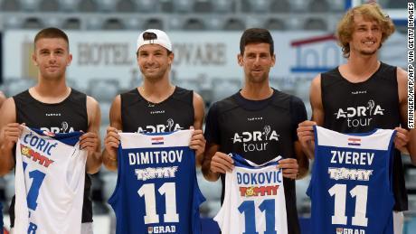 Borna Coric, Grigor Dimitrov, Novak Djokovic y Alexander Zverev (de izquierda a derecha) posan para el tiro grupal antes del partido de baloncesto en Zadar, Croacia.