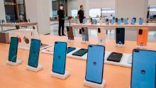 Los teléfonos inteligentes se muestran en la tienda de Huawei antes de abrir este mes en Shanghai.