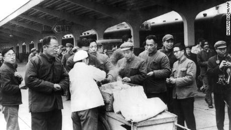 Los viajeros chinos compran el desayuno a un vendedor ambulante en la estación de trenes de Chunghow en 1975. El primer ministro Li Keqiang sugirió que más vendedores ambulantes podrían ayudar a resolver la próxima crisis del mercado laboral.