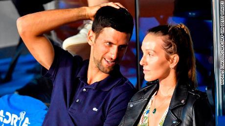 El tenista serbio Novak Djokovic (L) habla con su esposa Jelena durante un partido en Adria Tour, un torneo de tenis benéfico de los Balcanes Novak Djokovic en Belgrado, 14 de junio de 2020.
