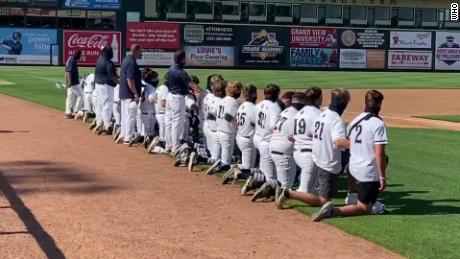 Todo el equipo de béisbol de la escuela secundaria se arrodilló durante el Himno Nacional para protestar contra la brutalidad policial.