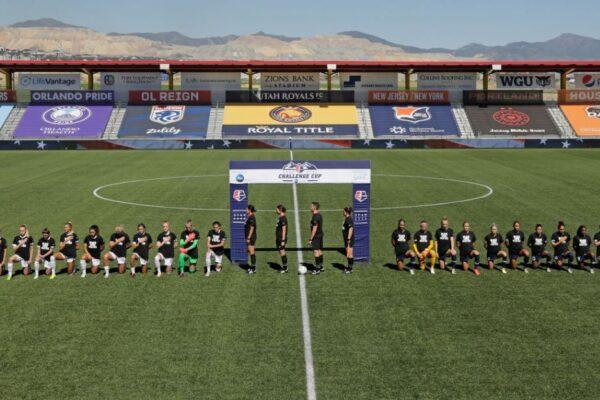 Los jugadores North Carolina Courage y Portland Thorns FC se arrodillaron durante el himno nacional