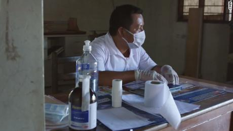 Elias Magin se sienta en la clínica en Caimito.