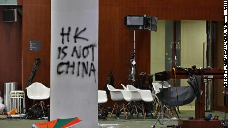 Graffiti y sombrillas son visibles frente a la cámara principal del Consejo Legislativo durante la gira de medios de Hong Kong el 3 de julio de 2019, dos días después de que los manifestantes irrumpieron en el complejo.