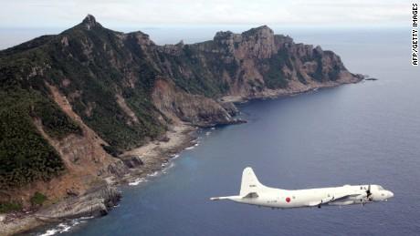 Un avión militar japonés está volando sobre las islas de Senakuku / Diaoyu en este archivo fotográfico.