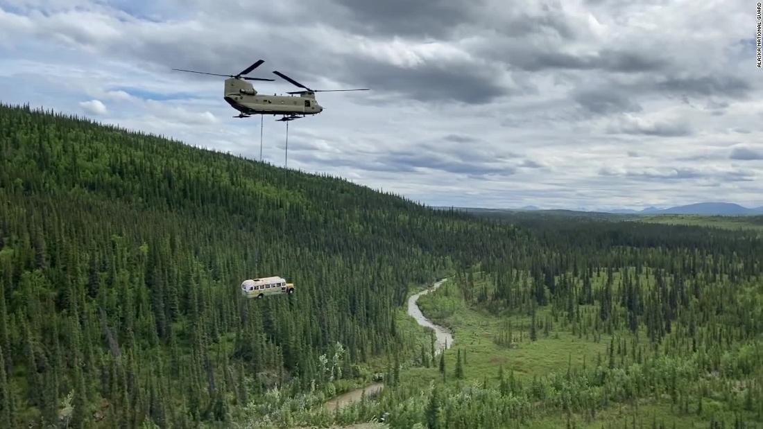 """El autobús """"Into the Wild"""", llamado cebo turístico mortal, fue retirado por vía aérea."""